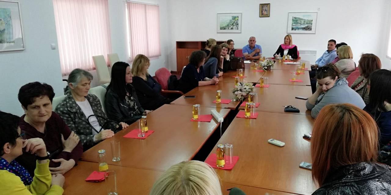 Aktiv žena na djelu: Vesna Zurovac podijelila jednokratnu pomoć u Elektro-Hercegovini