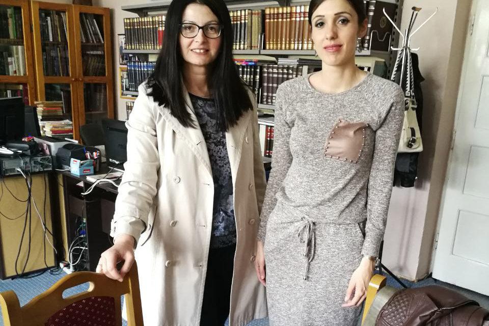 Aktiv žena poklonio knjige biblioteci